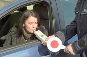 alkoholkontrolle_polizei-300x199 Nach Alkoholgenuss - Das Auto lieber stehen lassen!