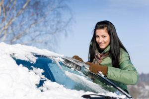 windschutzscheibe_vom_schnee_befreien-300x200 Wann der Winter für Autofahrer ins Geld geht