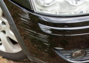 verkratzte-Stoßstange-nach-Parkrempler-300x214 Fahrerflucht: Keine Änderung im Paragrafen 142 StGB