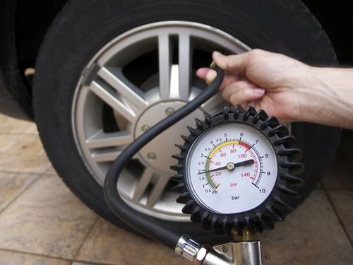 Reifendruck-prüfen-1 Kraftstoff sparen mit richtigem Reifendruck