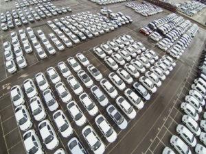 geparkte-Neuwagen-300x225 WLTP-Standard lässt VW kurzfristig die Produktion stoppen