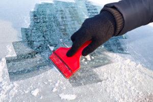 Scheiben-kratzen-300x200 Standheizung: Im Winter ins warme Auto steigen
