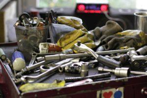tool-2954596_1920-300x200 Motorschaden – reparieren, austauschen oder gleich ein neues Auto?