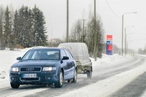 Auto-mit-Anhänger-im-Winter-300x200 Im Winter sicher mit dem Anhänger unterwegs