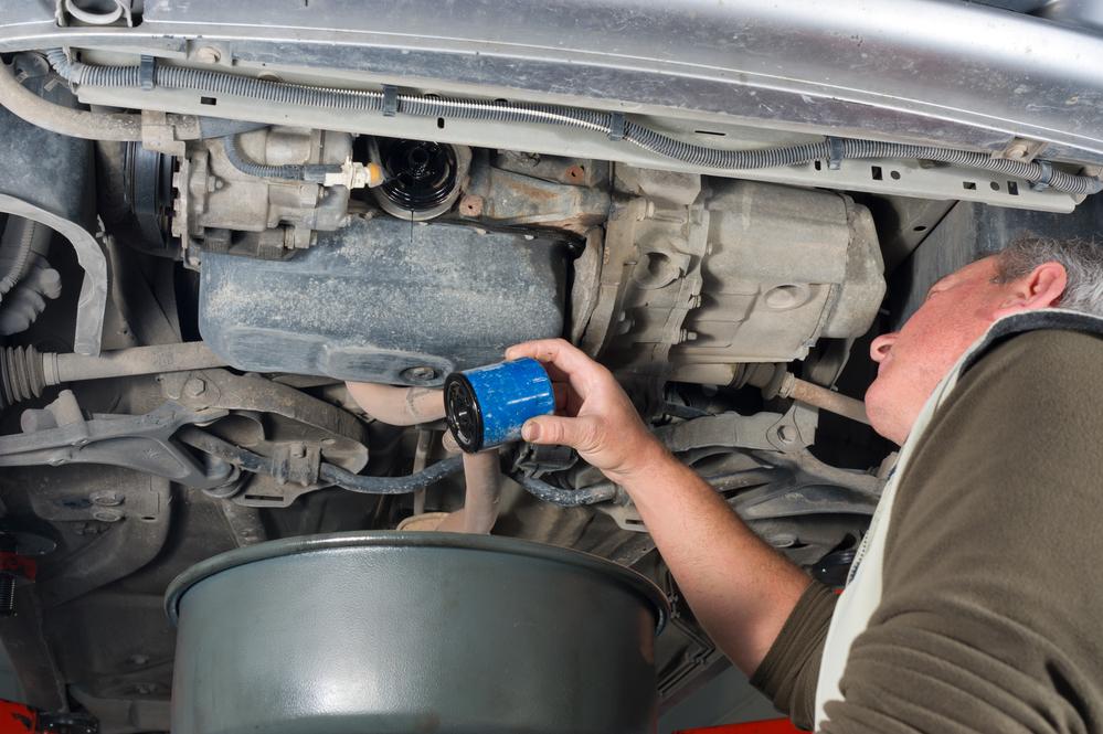 ölfilter-wechseln Ölfilter und Motoröl beim Auto richtig wechseln