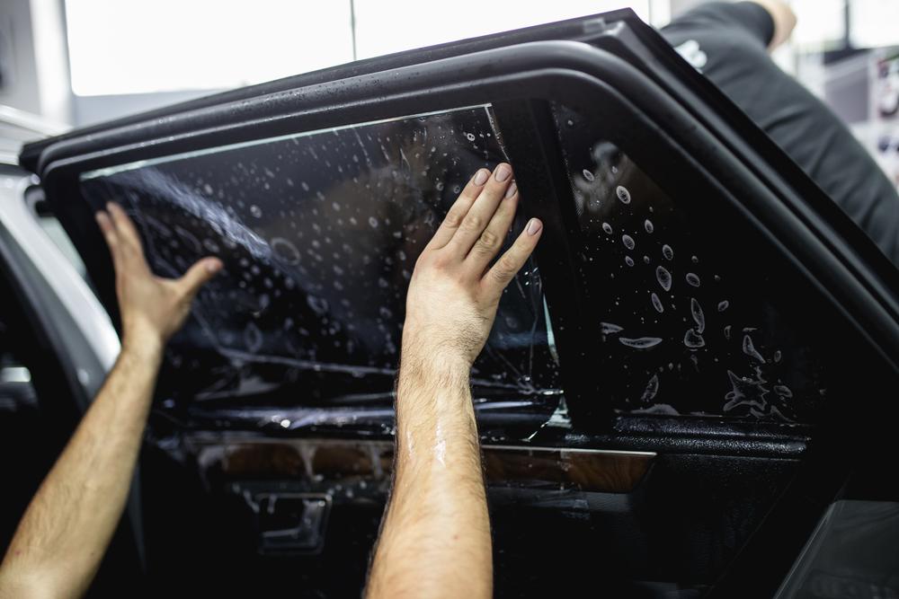 folie-auflegen Scheiben tönen beim Auto – Ratgeber, Rechtliches und Anleitung zum selber machen