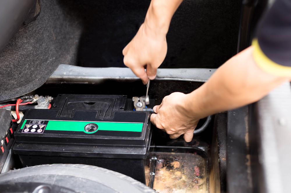 autobatterie-abklemmen Autobatterie wechseln – Funktion, Diagnose und Anleitung