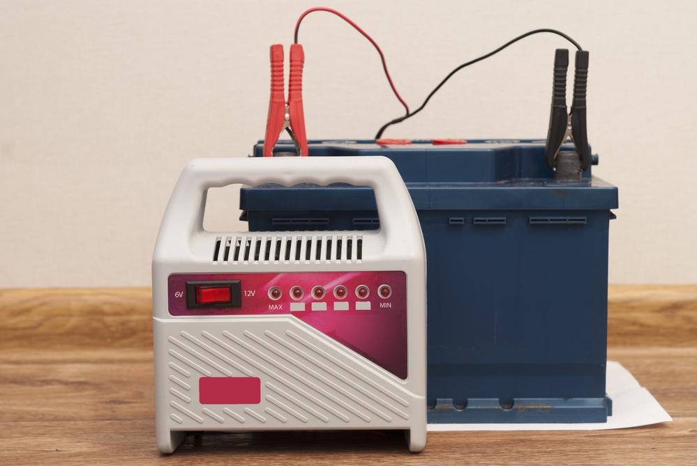 Autobatterie-laden Starthilfe beim Auto geben – Ratgeber zum Überbrücken