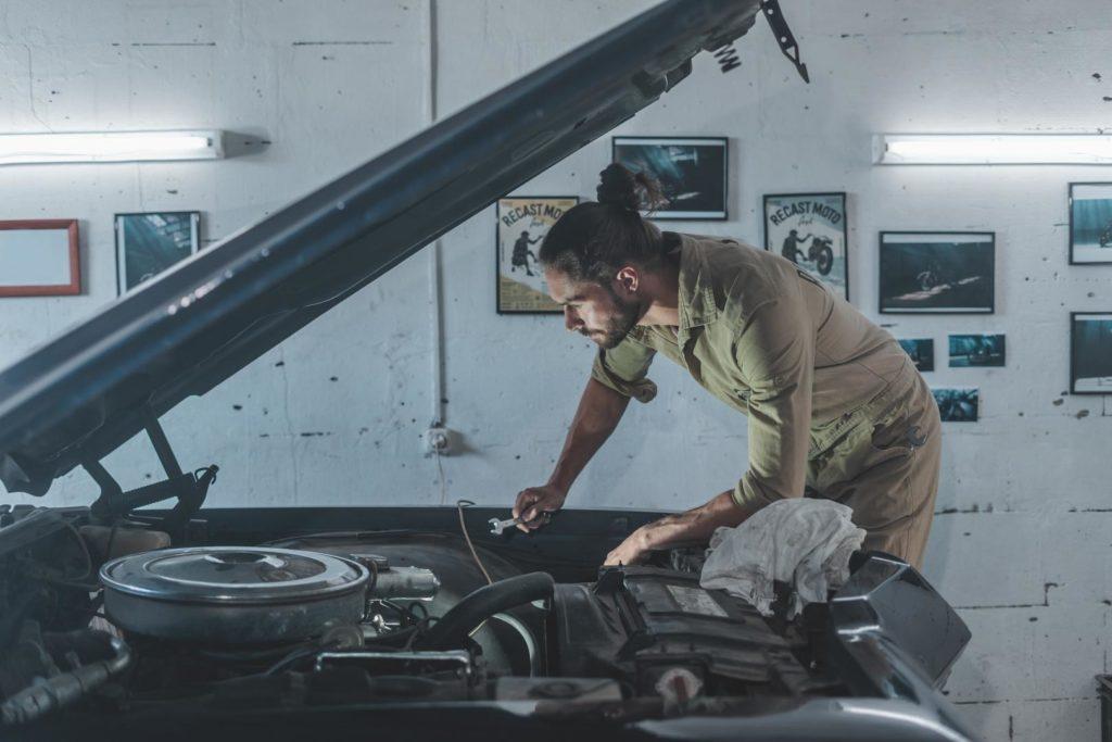 mechaniker-am-auto-1024x683 Hobby-Autowerkstatt: Do it yourself