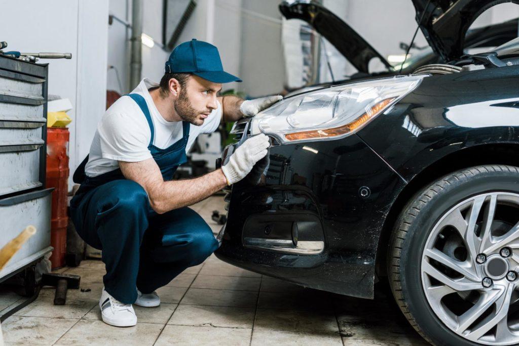 mechaniker-prüft-die-scheinwerfer-1024x684 Hobby-Autowerkstatt: Do it yourself