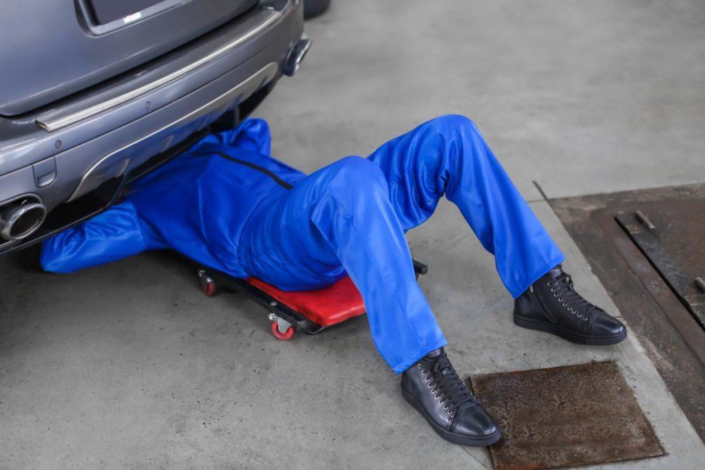 mechaniker-unterm-auto-1024x683 Hobby-Autowerkstatt: Do it yourself