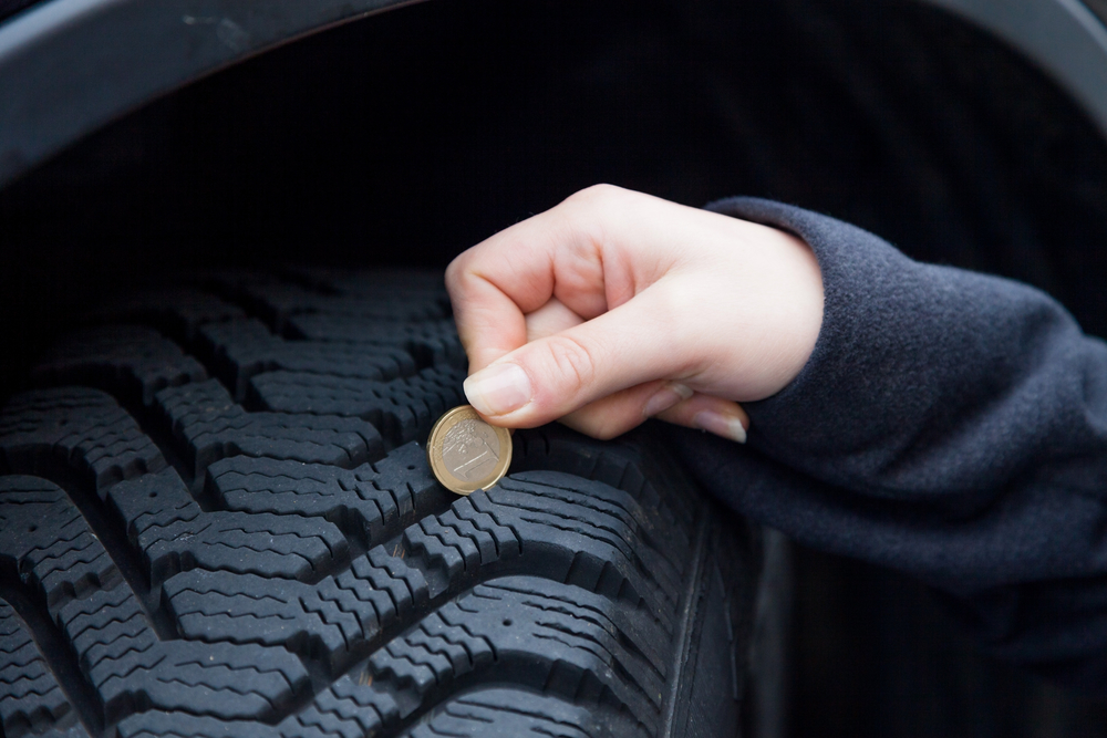 profiltiefe-messen-mit-euro Ratgeber - Sommerräder auf Winterräder beim Auto selber wechseln