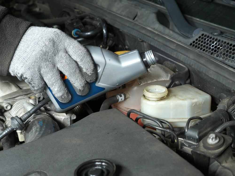 Bremsflüssigkeit-in-den-Behälter-einfüllen Bremsflüssigkeit – Wissenswertes und Ratgeber zum selber wechseln und entlüften