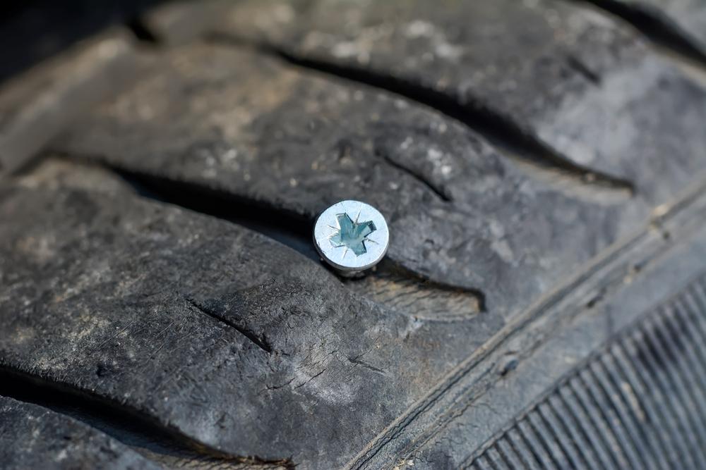 Bild3-Reifen-prüfen-auf-Fremdkörper Reifen lagern – Wissenswertes zum Thema Sommer- und Winterreifen