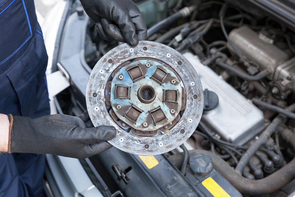 Bild3-Verschlissene-Kupplungsscheibe-Schaltgetriebe-Auto Ratgeber Getriebe Kupplung – Funktion, Wissenswertes und Einbauanleitung zum selber Tauschen