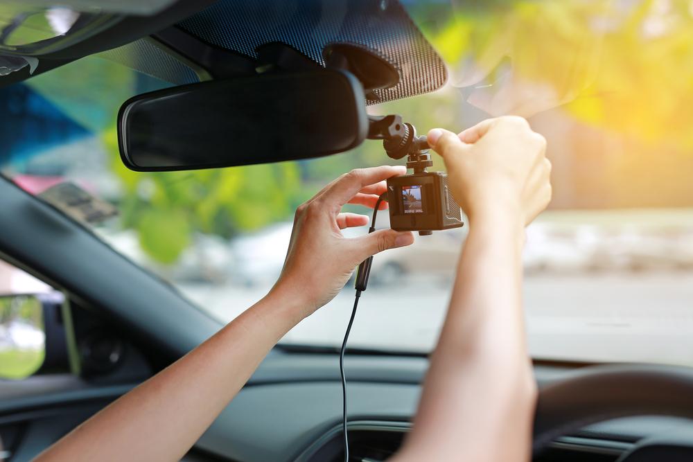 Bild4-Dasham-an-Frontscheibe-montieren Dashcam im Auto – Wissenswertes und Einbauanleitung