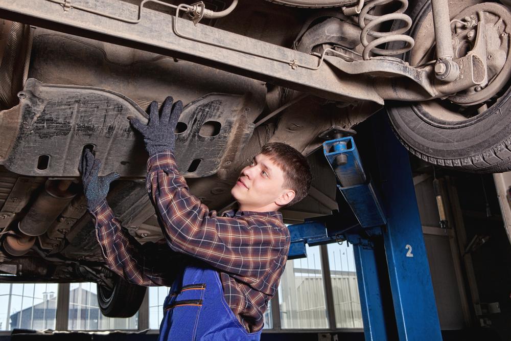 Bild4-Fahrzeug-anheben-und-Schaltgetriebe-freilegen Ratgeber Getriebe Kupplung – Funktion, Wissenswertes und Einbauanleitung zum selber Tauschen