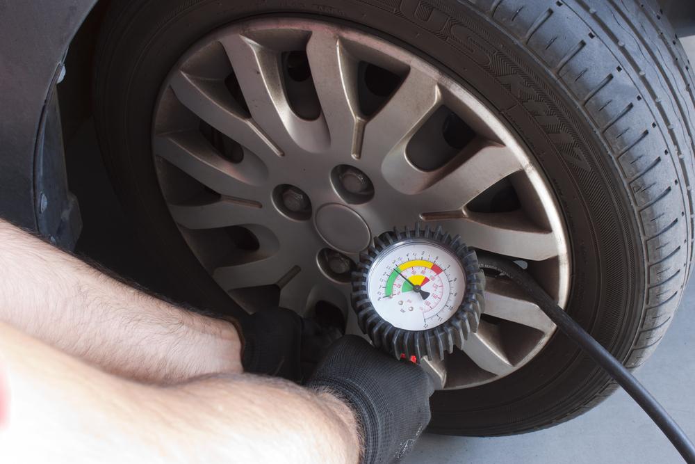 Bild6-Reifendruck-messen Reifen lagern – Wissenswertes zum Thema Sommer- und Winterreifen
