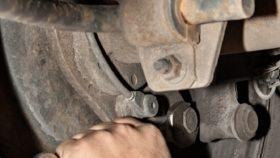 Titelbild-Stabilisator-Lager-Gummi-auto-erneuern-280x158 Lenkrad ruckelt beim Bremsen – Nicht ignorieren, Diagnose durchführen