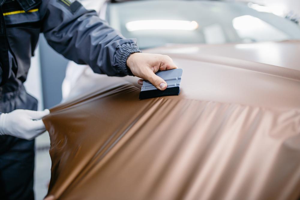 Folie-mit-Rakel-blasen-entfernen Auto selber folieren statt lackieren – Ratgeber, Wissenswertes und Tipps