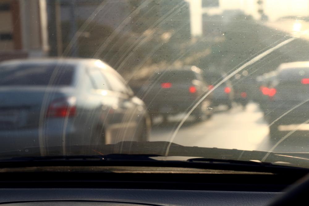 Bild2-schlechte-Sicht-durch-eine-zerkratzte-Windschutzscheibe-beim-Auto Frontscheibe polieren – Wissenswertes zur Behandlung der Windschutzscheibe