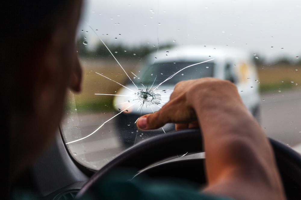 Titelbild-Ratgeber-Windschutzscheibe Windschutzscheibe beschädigt – Ursachen und Ratgeber zur Reparatur