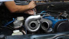 Titelbild-Turbolader-beim-Auto-wechseln-280x158 Klimakompressor Ratgeber – Wissenswertes, Diagnose, wechseln
