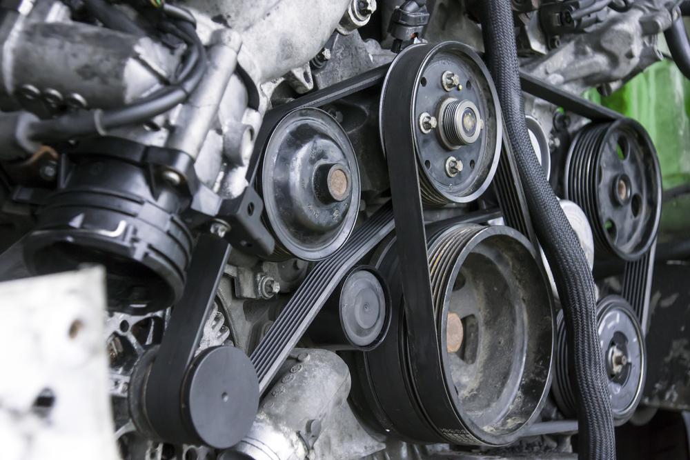 bild4-flachriemen-treibt-lichtmaschine-wasserpumpe-klimakompressor-an Keilriemen wechseln – Wissenswertes und Anleitung zum selber tauschen