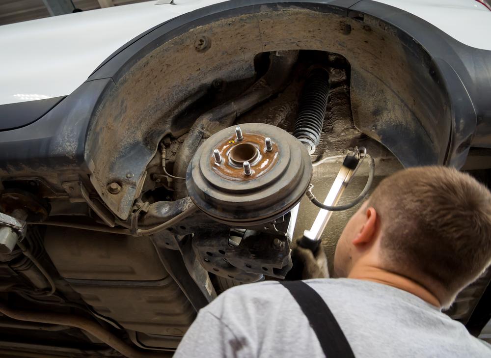 Stossdaempfer-pruefen Lenkrad ruckelt beim Bremsen – Nicht ignorieren, Diagnose durchführen