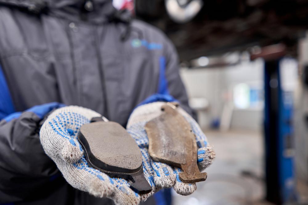 verschlissene-Bremsbelaege Lenkrad ruckelt beim Bremsen – Nicht ignorieren, Diagnose durchführen