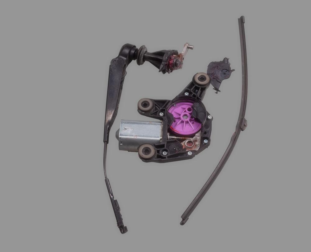 Bild3-alter-defekter-Heckwischermotor-ausgebaut Scheibenwischermotor hinten – Ratgeber zur Diagnose und zum Wechseln