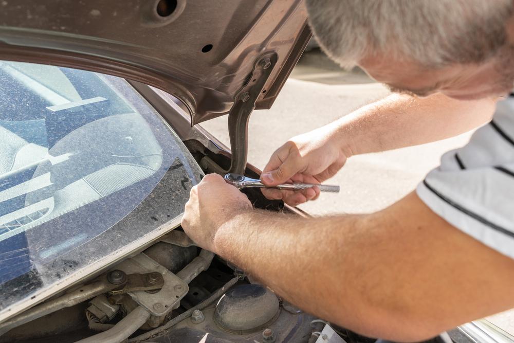 Bild4-Motorhaube-demontieren Motorhaube wechseln – Ratgeber zur Diagnose und zum selber wechseln